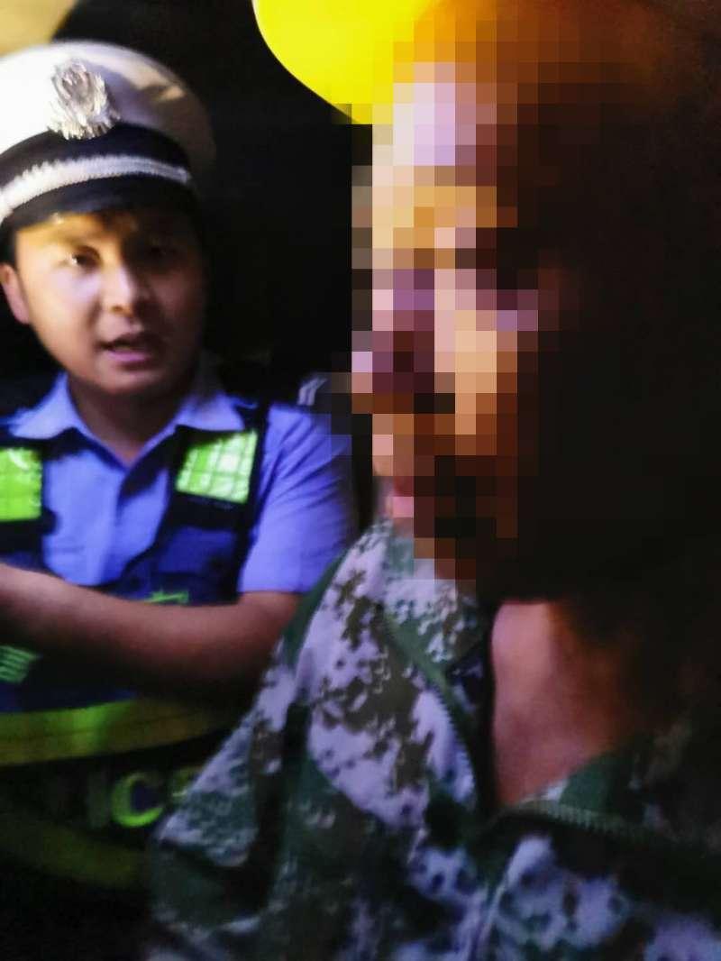 頭戴頭盔是正道,酒駕無證那民警就該說道說道!