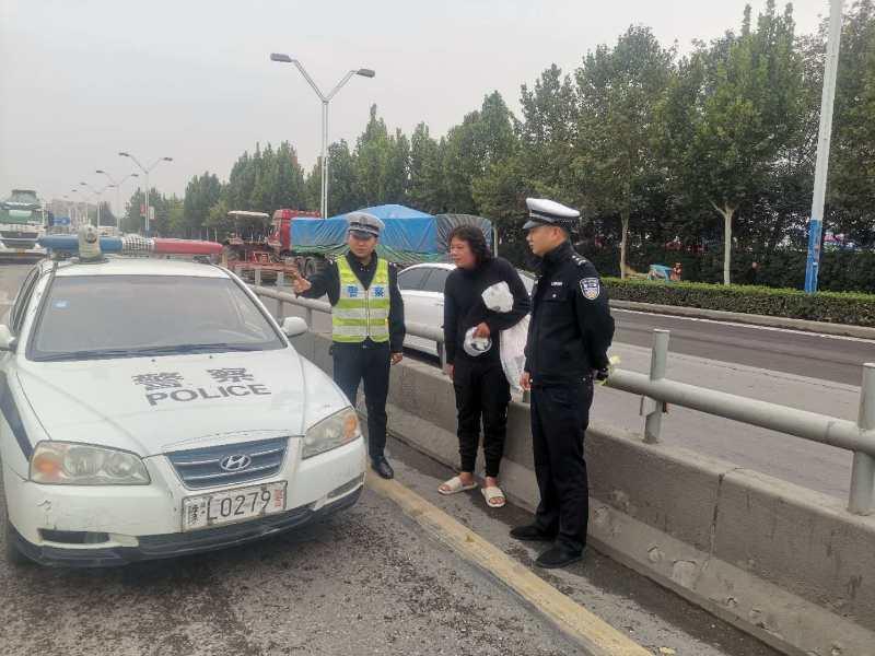 交警劝离:用生命在车流中乞讨的男子